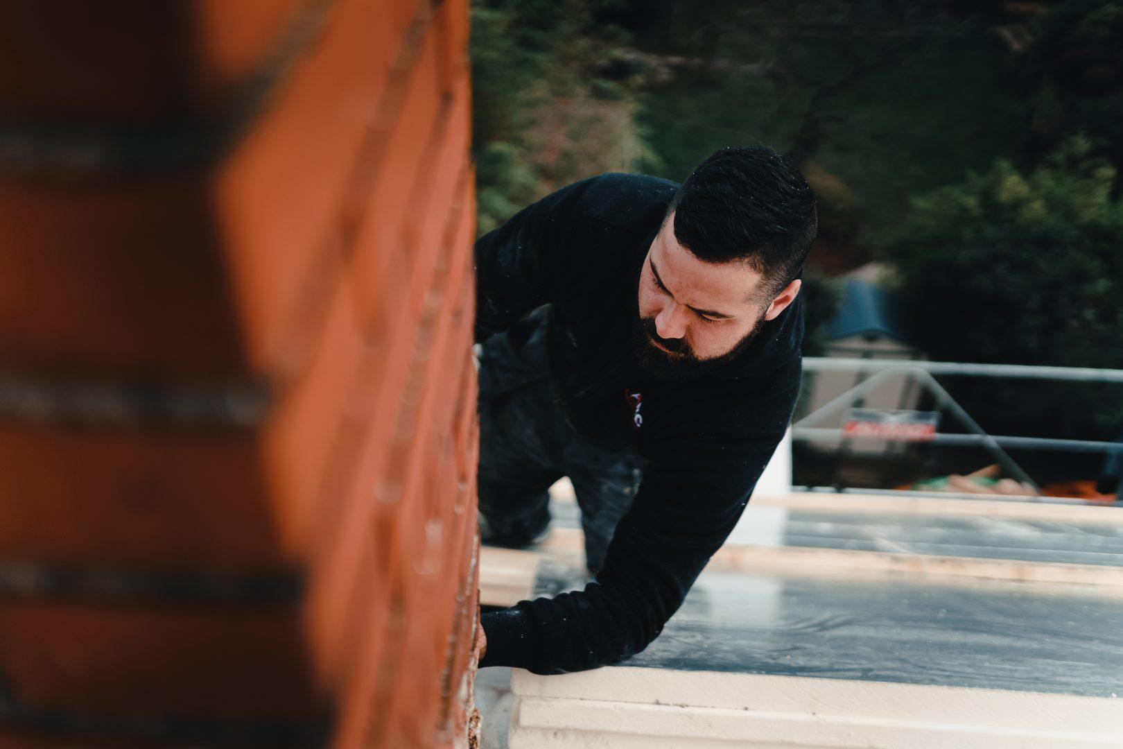 En action, sur un toit